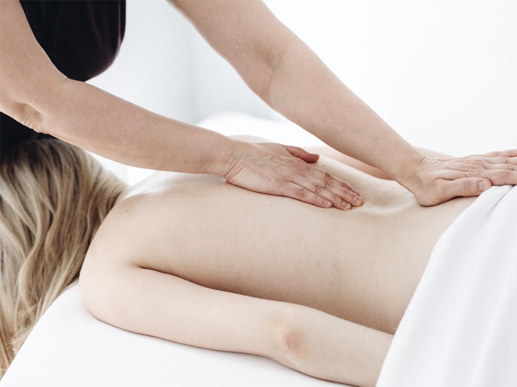 Une femme sur le ventre se fait masser